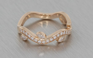 Organic diamond set wave band with leaf detail – Portfolio